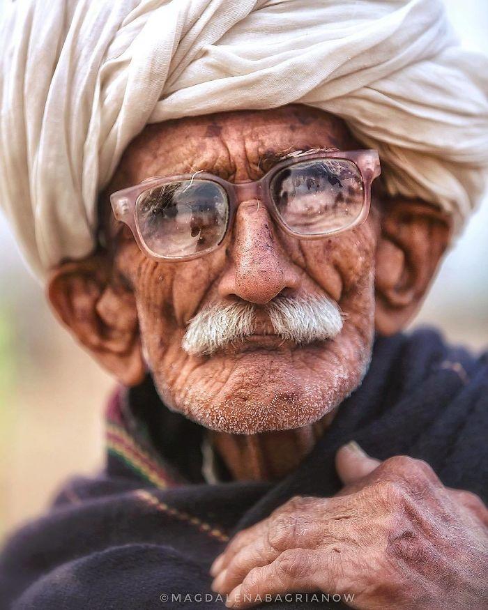 پیرمرد عینکی هندی