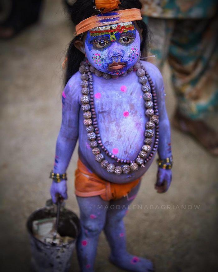کودک هندی رنگی